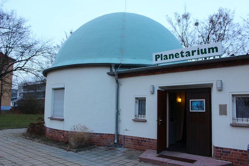 Planetarium Senftenberg: eine grüne 8m-Kuppel.