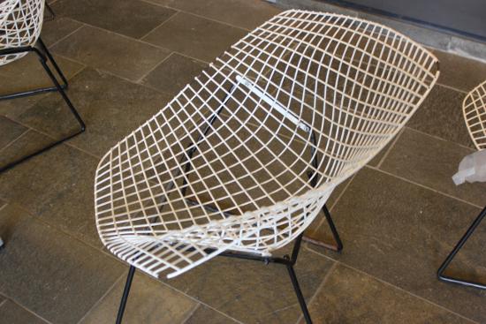 die Stühle in den Fluren sehen aus wie Potentialtöpfe - das ist doch mal ein angemessenes Uni-Mobiliar :-)