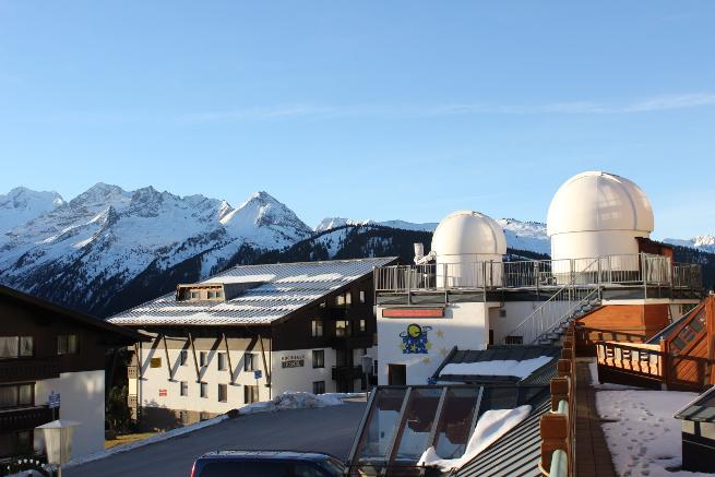 Die Kuppeln meiner Sternwarte vor dem Alpenpanorama. Unter der Sternwarte befindet sich das höchstgelegene Planetarium Europas.