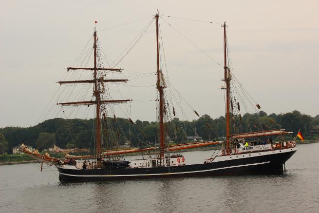 Das Jugendarbeit-Schiff für naturverbundene NaturforscherInnen: die Thor Heyerdahl, hat Kiel als Heimathafen. Ich habe sie in der Förde getroffen.