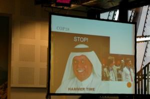 """Abdullah bin Hamad Al-Attiya, der Konferenzpräsident der COP 18 in Doha, beendete den Klimagipfel 2012 überraschend schnell mit dem """"Durchhämmern """" der Beschlüsse. Foto: Benjamin von Brackel"""