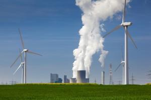 Windkrafträder und Energiekraftwerk. Foto: fotolia, ©Stefan Ouwenbroek