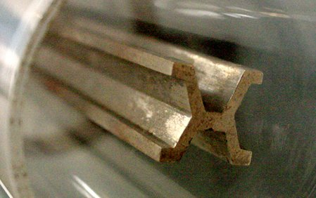 Urmeter im Deutschen Museum, schräg von der Seite gesehen.