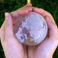 Hände halten Weltkugel (Foto: S. Hofschlaeger/Pixelio)