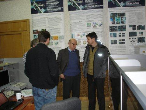 Hoher Besuch: Kosmonaut Oleg Kononenko (rechts) im Gespräch mit Vladimir Molotkov (Mitte), Hubertus Thomas (vorne) und Andrey Lipajev (hinten).