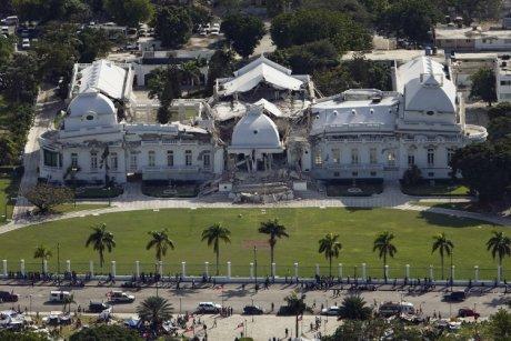 Abbildung 1: Der Präsidentenpalast von Haiti, aufgenommen am 13. Januar 2010. Vor dem Erdbeben war er ein zweistöckiges Gebäude. Der zweite Stock kollabierte fast komplett. United Nations Development Programme.