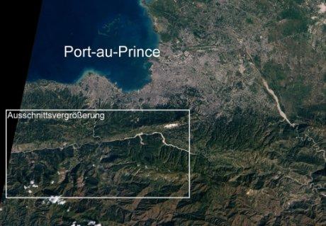 Abbildung 4: Haiti mit Hauptstadt Port-au-Prince nach dem Erdbeben. Aufnahme NASA Earth Observatory, 15. Januar 2010. Mit dem in den anderen Abbildungen gewählten Ausschnitt. Die Verwerfung ist in dem weißen Quadrat gut erkennbar.