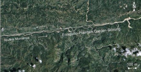 Der Riviere Momance vor dem Erdbeben, die Aufnahme stammt vom 14. September 2008. Die Enriquillo-Plaintain Garden Verwerfung ist mit der Versatzrichtung eingezeichnet.