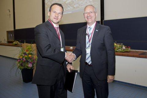 Prof. Cramer erhält den BASF Catalysis Award 2013 beim Heidelberg Forum of Molecular Catalysis aus den Händen von Dr. Andreas Kreimeyer, Sprecher der Forschung, BASF SE
