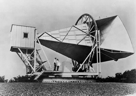 Die Holmdel-Hornantenne. Mit ihr wurde die Mikrowellen-Hintergrundstrahlung entdeckt.