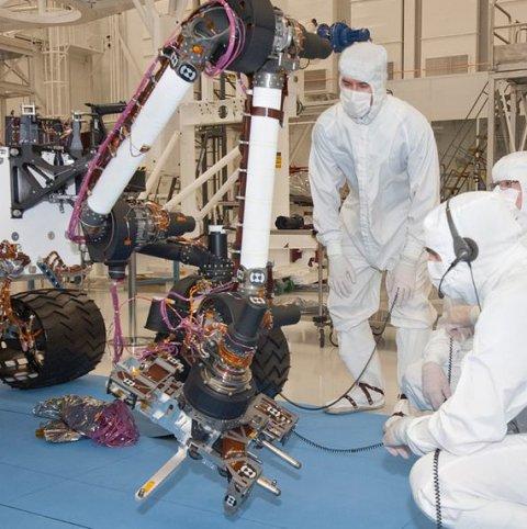 Tests am Roboterarm Curiositys im Reinraum (Bild: NASA/JPL-Caltech)