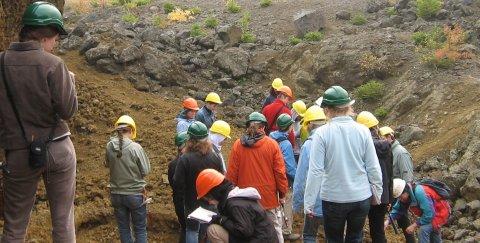"""Ein Geologiestudent im Gelände ist zunächst verzweifelt, denn im Feld kann er viele Steine nur als Fubarit (""""fucked up beyond all recognition"""") ansprechen. Mit ein bisschen Erfahrung ändert sich das. (Bild: Karl Urban, CC-BY-SA 3.0 DE)"""