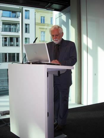 Carl Djerassi am 29.04.2009 in der Heinrich-Böll-Stiftung, Berlin. (c) U.S. Botschaft